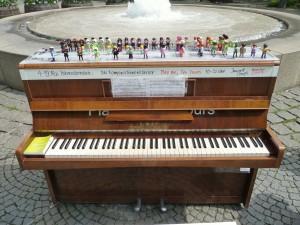 Das Komponistinnen-Klavier von Irmgard Voigt auf dem Hohenzollernplatz, München 2013. Foto: © Irmgard Voigt.