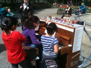 Das besetzte Komponistinnen-Klavier. Foto: © Irmgard Voigt.
